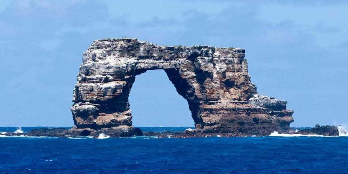 Galapagos icon, Darwin's Arch, collapses